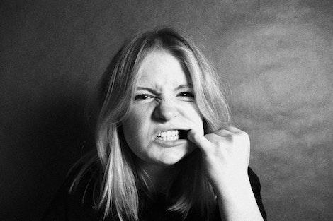 mujer que monstra los dientes