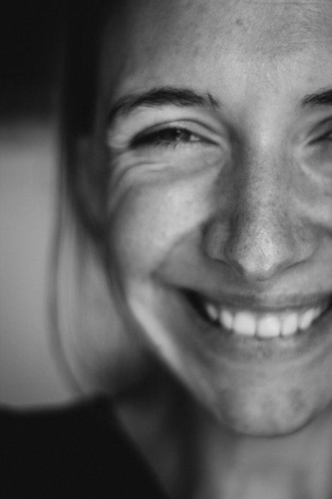 mujer que sonríe