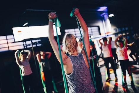 Personas con Bandas Elásticas en el Gym