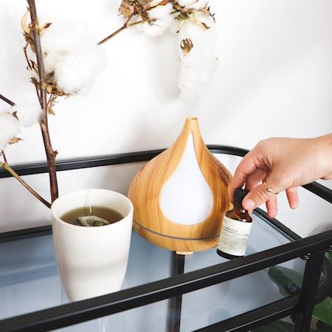 Humidificador con una taza de té y flores