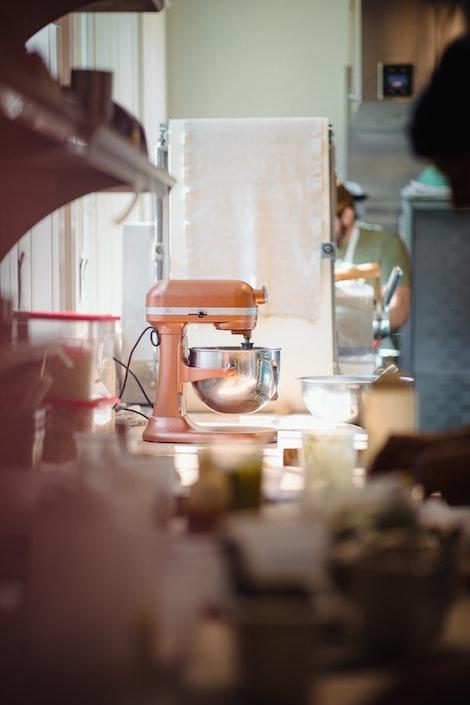 Batidora Planetaria Naranja en una cocina